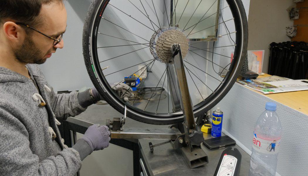 Esprit vélo Paris Atelier de Réparation Controle Rayons Pneu Arriere