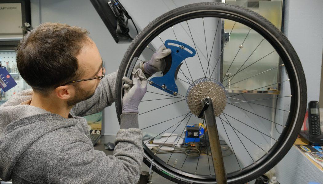 Esprit vélo Paris Atelier de Réparation Controle Rayons Roue Arriere