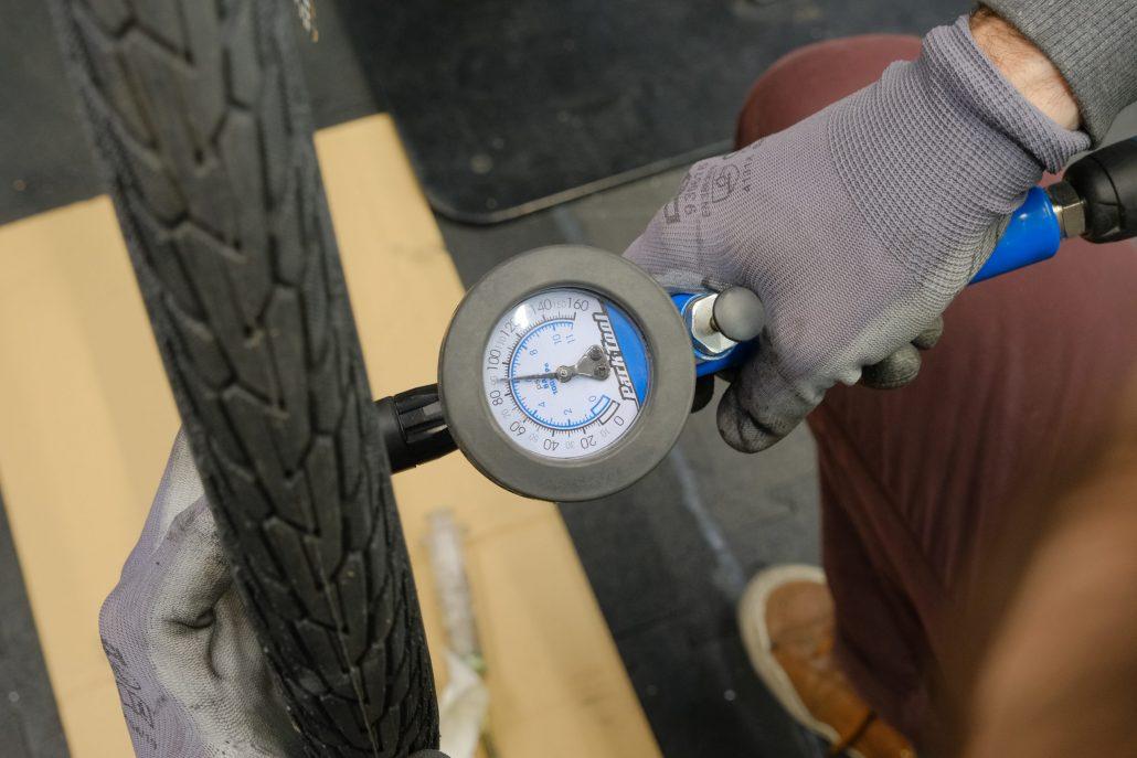Esprit Velo Atelier de Reparation Controle de la Pression des Pneus